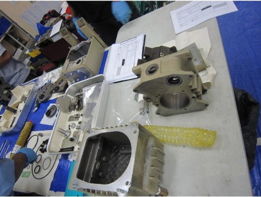 Hình ảnh kỹ sư Ulvac đang bảo dưỡng bơm, các linh kiện trong bơm được sắp xếp ra từng khay tùy từng bộ phận để tránh bị mất cũng như dễ dàng lắp bơm.
